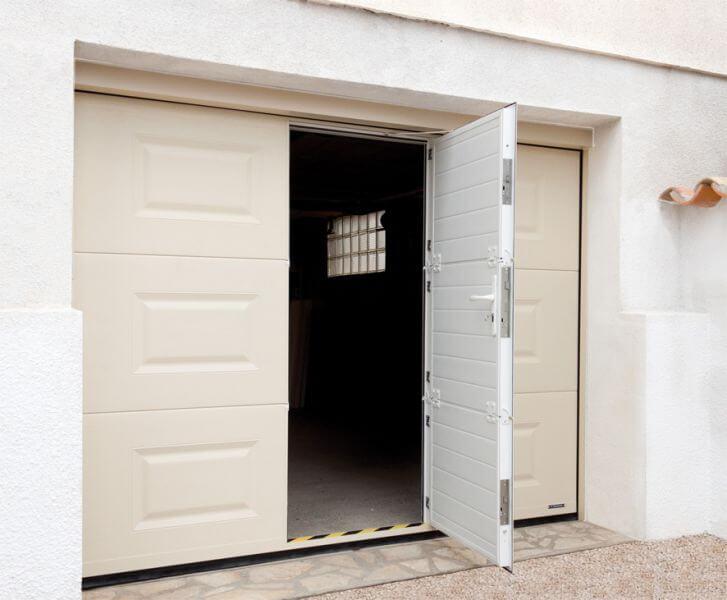 Porte de garage sectionnelle propose menuiseries - Porte sectionnelle avec portillon tarif ...
